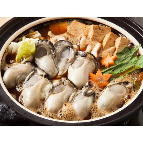 瀬戸内の穏やかできれいな海域が広がる広島県安芸津で育った牡蠣を、創業1897年の老舗牡蠣専門店が旬・鮮度・身入りを選りすぐりました。その牡蠣をオリジナルの牡蠣の土手鍋みそを使用し、広島の郷土料理「牡蠣の土手鍋」としてお召しあがりください。