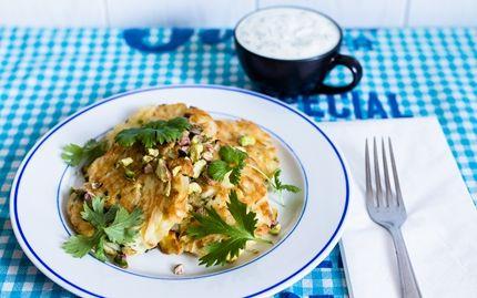 Curry-nuudelipihvit ja jogurttikastike - Ylijääneistä nuudeleista tai spagetista saa herkullisia kasvispihvejä lettupannulla! Resepti Hannan soppa -blogilta (www.hannansoppa.com).