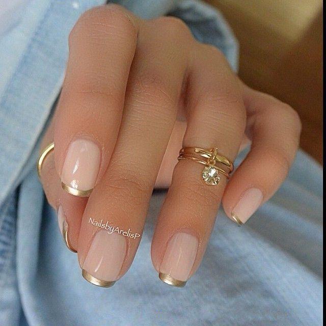 Золотой френч на коротких ногтях