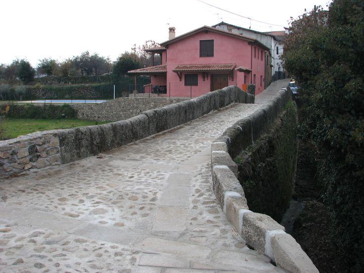 Entre la Iglesia de Nuestra Señora de la Asunción y la Ermita de Santa Ana está el antiguo puente del Camino de Aldeanueva de la Vera. Cruza el Arroyo de la Cabezuela.