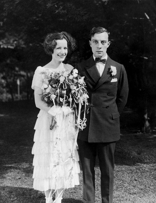 Ne kadar tatlılar! Damat ünlü sessiz film oyuncsu  Buster Keaton gelin kadar mutlu gözükmese de düğün gününün telaş ve heyecanına bağlıyoruz.