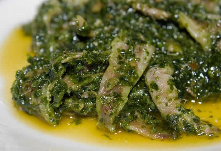 Le acciughe alla piemontese sono un antipasto tipico della regione del nord ovest dell'Italia: gli ingredienti principali sono tartufo, olio e prezzemolo.