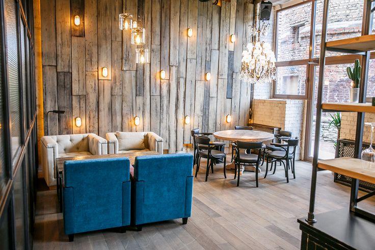 ФЕРМА БЕНУА-ресторан DEREVO GROUP-полы, стеллажи из металла, деревянные панно, столы, стулья, барные стойки