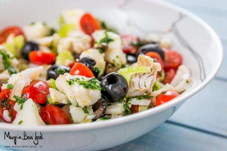 L'insalata di baccalà freddo con pomodorini, capperi e olive è un secondo piatto di pesce molto colorato, saporito e tipicamente estivo.
