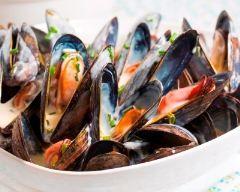 Moules de bouchot marinières http://www.cuisineaz.com/recettes/moules-de-bouchot-marinieres-42357.aspx