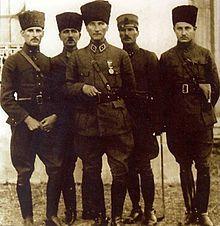 Türk Orduları Başkomutanı Mareşal Gazi Mustafa Kemal Paşa ile İzmit'te, 1923. (Soldan sağa: Yaver Şükrü Ali, Başyaver Salih, Mustafa Kemal Paşa, TBMM Muhafız Taburu Komutanı İsmail Hakkı ve Yaver Muzaffer