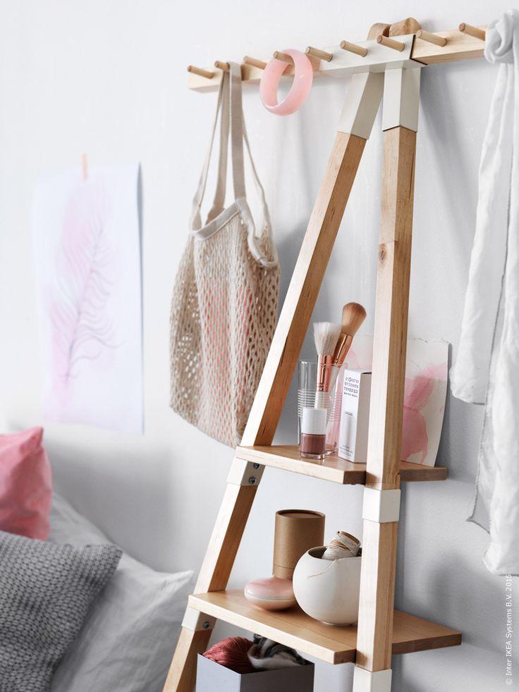 Bor man litet och och det mesta ska rymmas i ett enda rum så gäller det att tänka smart och ta vara på ytan. IKEA PS 2014 vägghylla, STOCKHOLM glas, HYFS låda, SANELA kuddfodral, NATTLJUS kuddfodral.