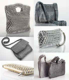 Bolsos hechos con chapas de latas de refresco
