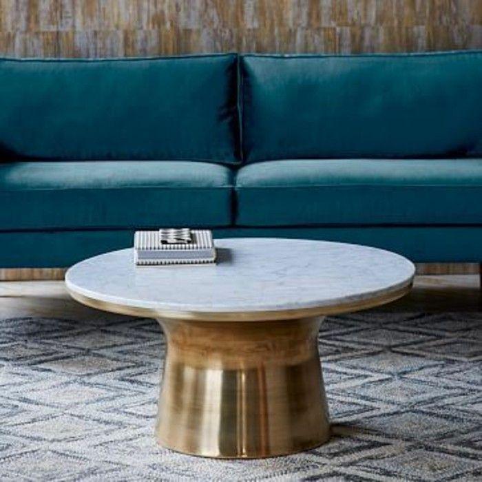 salon moderne équipée d'une table basse en marbre blanc, piétement doré pour un accent de luxe
