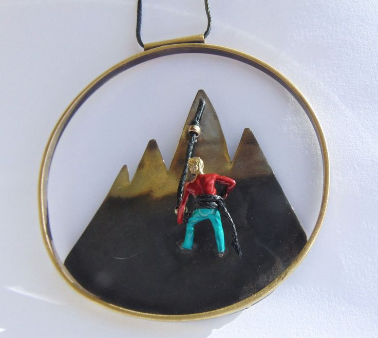 Mountain Climber Circle Necklace,Mountain Range,Hiking Pendant,Snowy Mountain Necklace,Climber Man Miniature Pendant,Gift For Climbers by pepeyoyojewellery on Etsy