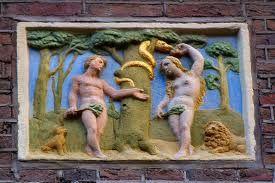 Een gevelsteen van Adam en Eva.