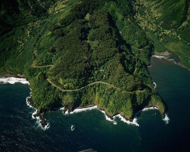 Hana, Havaí  A estrada a Hana é cheia das torções, das voltas, dos penhascos, das pedras de queda e das pontes estreitas. É uma estrada 64.4-milhas de comprimento que conecta Kahului com a cidade de Hana em Maui. A estrada é por vezes perigoso e difícil de conduzir devido a deslizamentos de terra. Mas, as recompensas para o seu risco são consideráveis. Há uma abundância de pull-over-right-now oportunidades de fotografia.