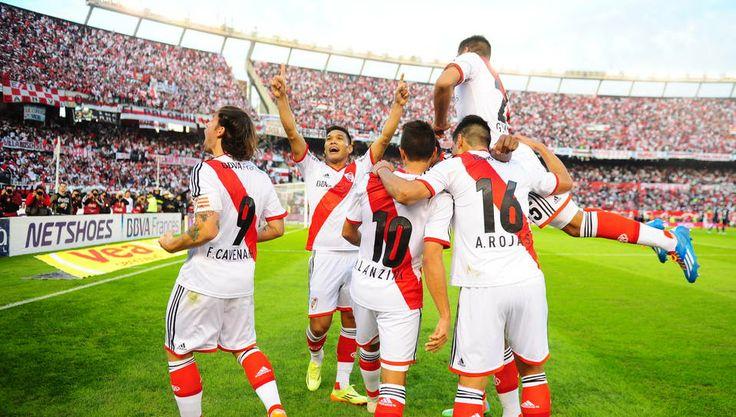 El festejo del primer gol de Cavenaghi, el 1-0. (Juan Manuel Foglia)