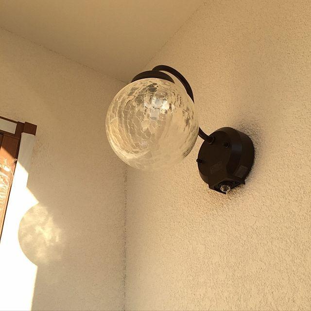 女性で、のモルタル壁/外観/30坪/白い家/マイホーム建築中/記録用…などについてのインテリア実例を紹介。「ポーチライトはひび割れガラスに一目惚れしてこれに。 西向き玄関で、西陽が当たると外壁に影がうつって可愛い❤︎」(この写真は 2016-12-04 17:40:35 に共有されました)