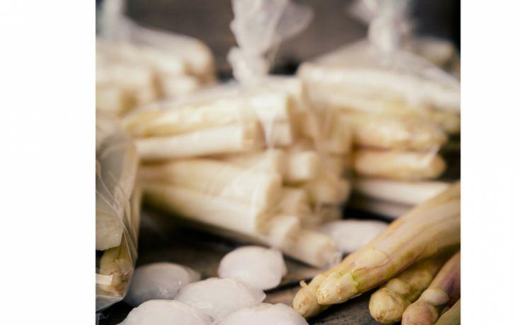 In dit recept wordt de ultieme lente groente –asperge- gecombineerd met kip, kruiden en champignons. Perfect voor een dinertje in de tuin!We hebben het ons gemakkelijk gemaakt met gedroogde kruiden. Maar met verse kruiden uit eigen tuin smaakt dit gerecht nog lekkerder. Benodigdheden voor 2 personen: 2 el olijfolie 1 tl gedroogde peterselie 1 tl …