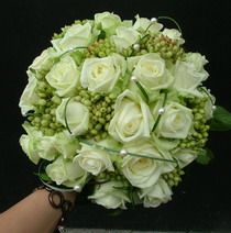 rózsa, szezonális bogyók, macifű, gyöngy 20 szálas menyasszonyi csokor - esküvő virág
