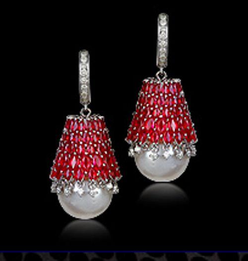 Farah Khan Ali Lovely accent for pearls.