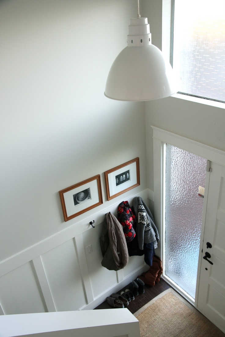 Narrow entryway - wainscoting, hooks, art    http://3.bp.blogspot.com/-dNb54KemXHc/UKccTbleKtI/AAAAAAAAHY8/afBANvEANB0/s1600/IMG_2436.jpg