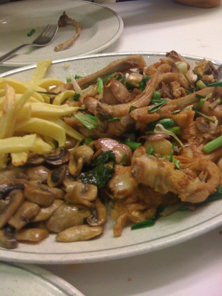 Costillitas cordero, champiñones patatas fritas y ajos tiernos.