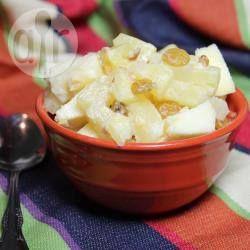 Una mezcla de piña en almíbar, manzanas amarillas, nueces y uvas pasa, aderezadas con crema fresca. Una receta fácil y rápida.