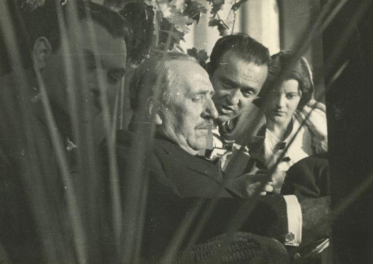 A forgatásra - nyilván kíváncsiságból - maga az író is ellátogatott. Herczeg Ferenc alighanem a forgatókönyvben mélyed el, aki pedig mellette magyaráz, az nem más, mint aki azt írta. Zsoldos Andor négy évet dolgozott a könyvön és a produkció megszervezésén, mivel producere és művészeti vezetője is volt egyben a Rákóczi indulónak. Korábban évekig dolgozott Párizsban és Nizzában, így valószínűleg, neki köszönhető, hogy a magyar változatot feliratozva, a németet pedig szinkronizálva…