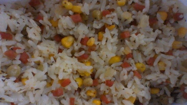 Ingredientes: 1/2 kg de arroz branco (parbolizado, preferencialmente) , 5 salsichas , 1 lata de milho verde , 1 lata de ervilha , 3 colheres (sopa) de margarina , Orégano a gosto ,