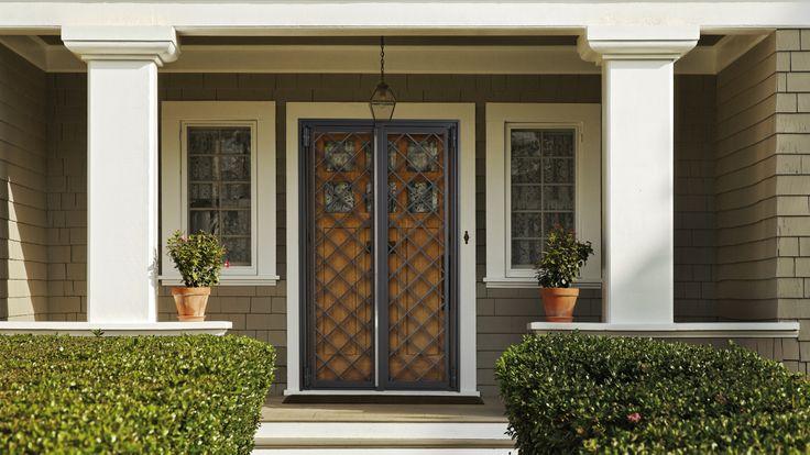 Porta finestra a 2 ante colore grigio Raffaello, disegno a rombi con barra forata da 16 mm.