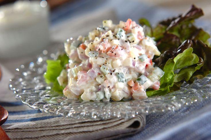 塩ヨーグルトでサラダといえば、インドの定番サラダ「ライタ」。野菜がおいしく食べられるだけでなく、乳酸菌が腸内で活発に働くためダイエットにも効果アリ!キュウリとセロリのライタ風サラダ[エスニック料理/サラダ]2015.02.23公開のレシピです。