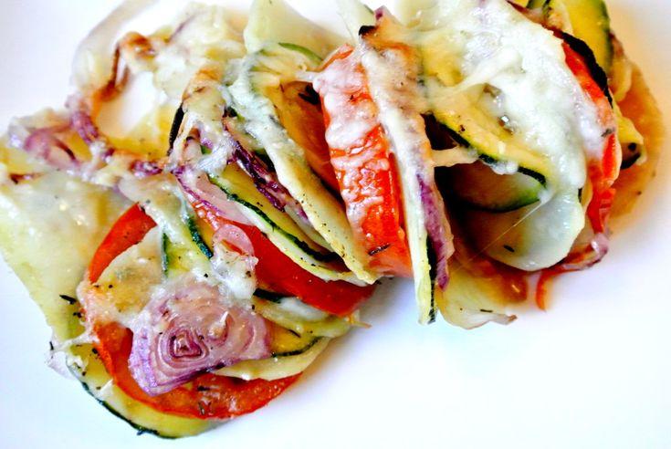 Lekkere en gezonde groenten-ovenschotel met courgette, tomaat, ui en aardappel. Eenvoudig te bereiden, moet alleen wel wat langer in de oven.  Tijd: circa 1 uur Benodigdheden: (2-3 personen) 1 courgette 3 tomaten 1 rood uitje 2-3 aardappels in schijfjes (voorgekookt) 2 theelepels gedroogde tijm Zout en peper 3 eetlepels olijfolie Bereidingswijze: Begin met …