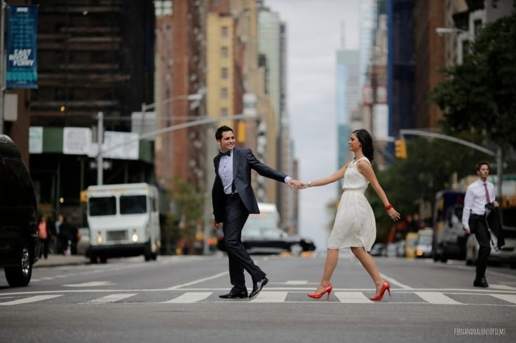 New-York, la ville qui ne dort jamais et le lieu de toutes les opportunités, offre aux mariés la possibilité de réaliser des clichés de rêve au milieu de ses paysages urbains. Regardez !
