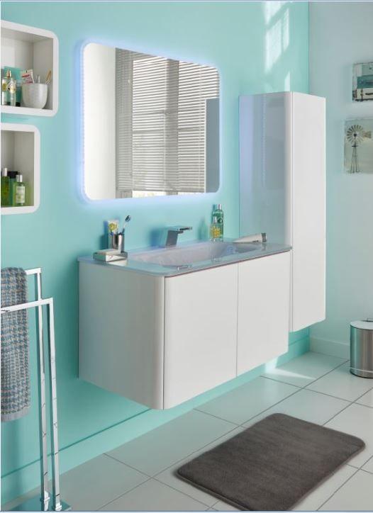 Le mur bleu lagon de cette petite salle de bains donne une ...