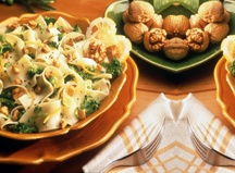Nouilles au brocoli et aux noix de Grenoble...    Combiner le punch de la vitamine et du calcium du brocoli, des noix de Grenoble riches en oméga-3 et des pâtes sans cholestérol. Ce plat végétarien est riche en énergie.