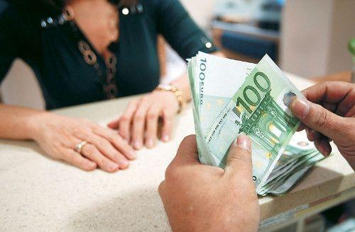<p>Επιδεινώθηκαν οι όροι δανεισμού προς τις επιχειρήσεις το τελευταίο τρίμηνο του 2015. Σύμφωνα με τα αποτελέσματα τακτικής έρευνα που διεξάγει η Τράπεζα της Ελλάδος, τα κριτήρια χορηγήσεις δανείων προς τις επιχειρήσεις παρέμειναν σχεδόν αμετάβλητα ωστόσο οι όροι χορήγησης των δανείων…</p>