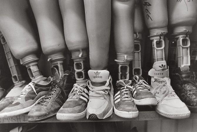 El fotoperiodista español Gervasio Sánchez ha dedicado su vida a retratar las desgracias que la guerra lleva allí donde esté. Aquí, se muestran las prótesis que los heridos de la guerra de Sierra leona llevarán de por vida