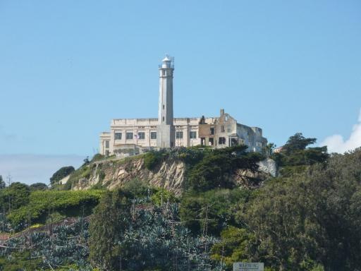 Alcatraz light signal, prison block behind: a bizarre piece of the world!