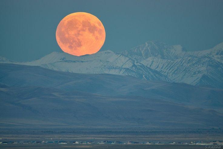 La salida de la luna llena en la frontera del Altái y Mongolia