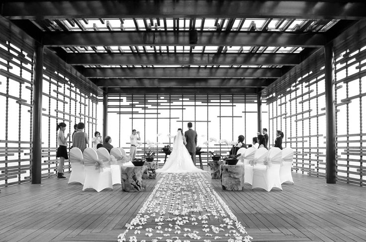 The Alila's super modern architecture gave up countless striking backdrops and it was a pleasure collaborating with Winnie's artistic vision on a number of the shots. #Alila #villa #Uluwatu #wedding
