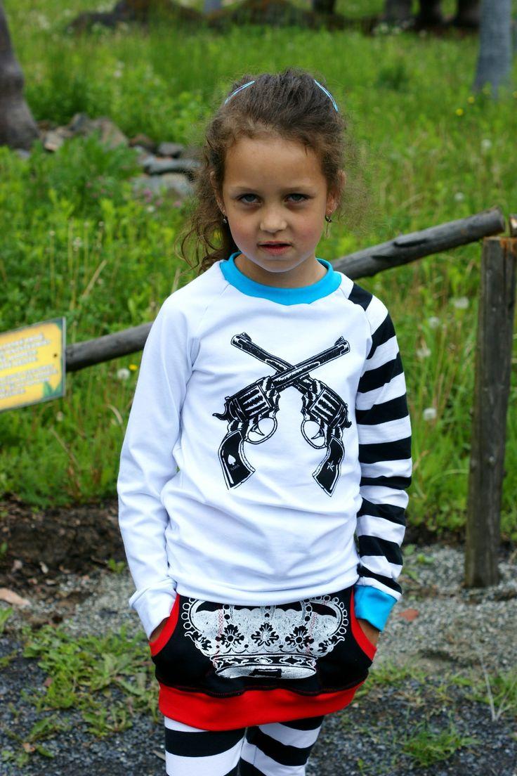 RARA - bílé triko s BAMBITKAMA RARA originál tričko ! Tričko je šité z českých elastických látek (96% bavlna, 4% lycra). Černý sítotiskový motiv na prsou, RARA logo zezadu. Chcete-li triko v jiných barvách, či jen jino-barevné lemy - stačí připsat do poznámky v objednávce. Také napište zda potřebujete dlouhý nebo krátký rukáv. Ušiju ve velikosti 98 - 134 Tričko je ...