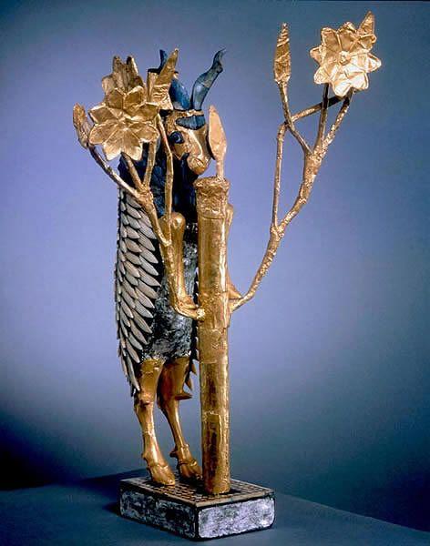 Figurka wspinającego się na złote drzewo kozła znaleziona została w 1929 r. na królewskim cmentarzysku w Ur. Prawdopodobnie jest częścią większego zespołu składającego się z dwóch zwierząt. Powstała w okresie 2600-2400 BC.