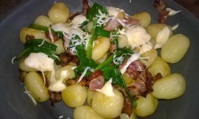Gnocchi se slaninou, špenátem a omáčkou z uzeného sýra