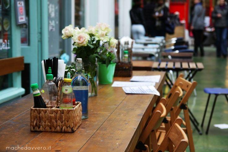 Esplorando Brixton Market London  · 2 maggio 2014 · 1 commento   Brixton è un'area a Sud di Londra particolarmente multietnica, diventata 'cool' da quando il Comune ha deciso di promuovere l'area oggi conosciuta come Village, ospitata sotto quelli che erano le ex arcate della ferrovia. E' un mercato dall'anima caraibica, colorato, rumoroso e variopinto dove si alternano ristorantini trendy, negozi vintage, bancarelle dell'usato, negozi di parrucche, stand di frutta e ...