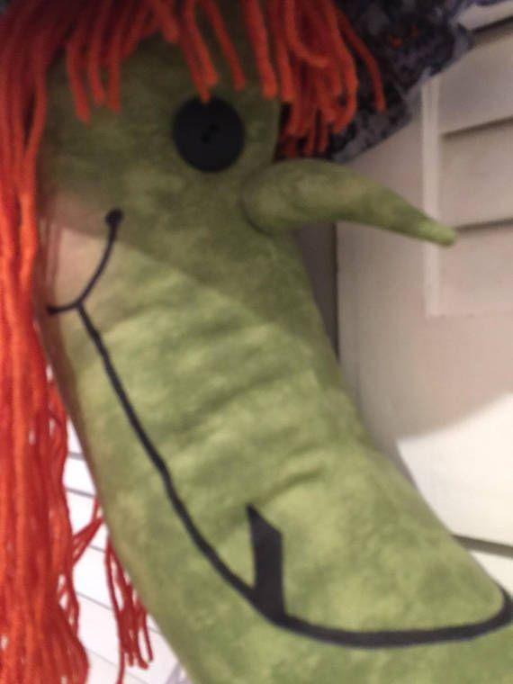 ¡Esta guirnalda bruja adorable es perfecto para Halloween! Decorado con arañas, calabazas miedosas y garabatos de Halloween es perfecto para una entrada o cerrado delantero. Los niños les encantará la cara excéntrica mientras que truco o el tratamiento en su casa. No se deben colocar al aire libre.