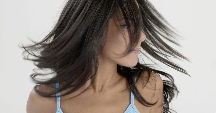 Cómo teñir el pelo de rubio a castaño. Pasar de pelo rubio a cualquier color oscuro puede ser fastidioso para la paciencia y para el cabello. Teñir el cabello de oscuro puede tener resultados drásticos si se realiza en una sola sesión. Hay maneras más seguras, más sencillas de pasar del pelo rubio a un color oscuro y tener resultados exitosos. Puedes teñir el pelo rubio rojizo con ...