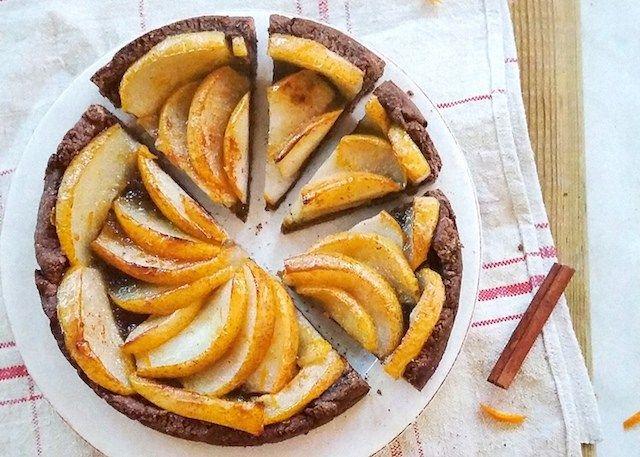 Crostata vegana alle mandorle e cacao con pere all'arancia