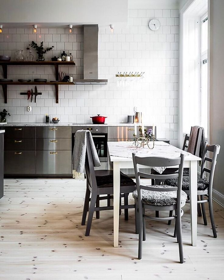 Mysigt kök #kök #kitchen #inredning #interior4all #interior123 #interiorinspo #hem #heminredning #interiordesign #interiordecoration #deco #myhome #myhouse #inredningsdetalj #finahem #mitthem #interior #interiör #design #inspiration #homedecor #interiors #dagensinterior #interiorforyou #inredningstips #nordiskehjem #mitthem #hemnet bild @alexanderwhitesthlm