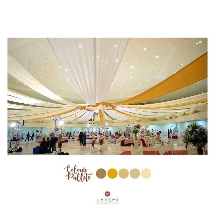 Dekorasi dengan penataan slayer yang menjuntai di bagian atap  Membuat tampilan dekorasi pernikahanmu tampak megah  Apalagi jika kamu memilih warna-warna seperti gold atau silver yang notabene itu adalah warna yang menampilkan sebuah kemegahan  Wah, cantik ya dear . . .