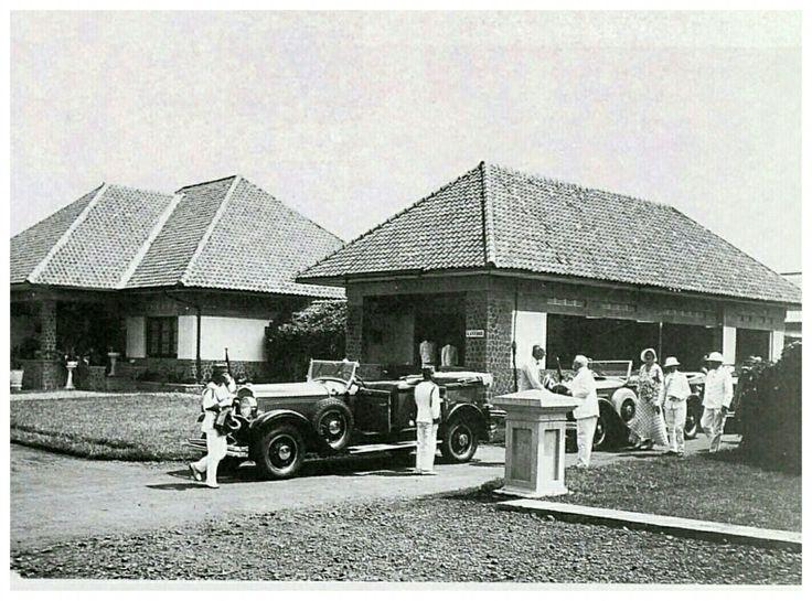 Het Blinden Instituut aan de Nieuwe Kerkhofweg te Bandoeng tijdens het bezoek van de gouverneur genenaraal B.C. de Jonge circa 1930.