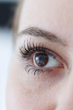 Heute erzähle ich euch auf meinem Beautyblog von meiner Wimpernverlängerung mit Revitalash Produkten. Schöne und lange Wimpern wünschen wir uns doch alle. Beauty Inspiration http://whoismocca.com