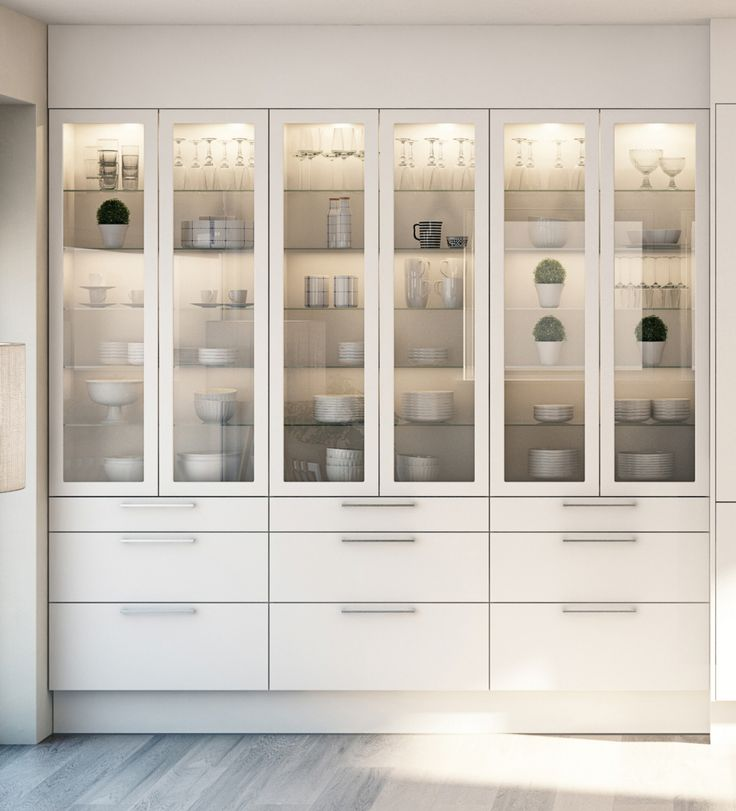 Marbodal Arkitekt plus vit med vitrinskåp med klart glas och inbyggd belysning.