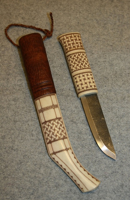 Sydsamisk kniv av Tomas Magnusson. Knife with reindeer horn decor from the Southern Sami area.